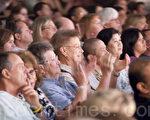 真正的美必然包含着善念,纯净,慈悲,光明,所以撼动人心。图为8月5日晚,神韵国际艺术团在美国德州沃斯堡市(Fort Worth)的贝斯演艺厅(Bass Performance Hall)演出,现场观众聚精会神地观看演出。(摄影: Edward Dai / 大纪元)