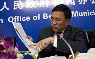 北京市政府出新招治市內塞車問題,從明年起,每個月限發2萬張車牌,全年共24萬輛。圖為24日在北京新闻发布会上,相關官員回答记者塞車問題的提问。(AFP)