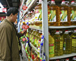 近年来,大陆转基因食品的安全问题一直争论不休。图为北京民众在超市选购食用油。(TEH ENG KOON/AFP/Getty Images)