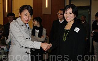 参加座谈的学生感谢张余慎(右)的精辟分析。(摄影:孙简妮∕大纪元)