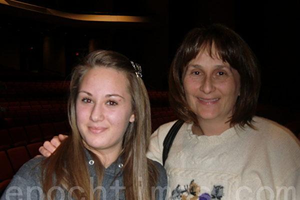 画家戈雅‧都德(右)与女儿,三年来一直追随神韵,她们称赞神韵纯善纯美。(摄影: 邱晨 / 大纪元)