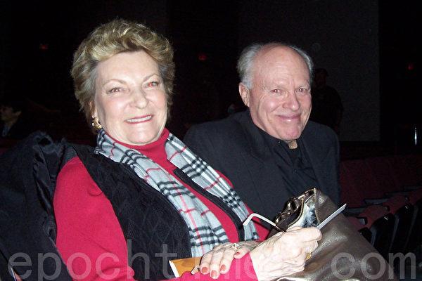 1月5日晚,珠宝商大卫·泰肯与太太罗拉·泰肯对神韵晚会赞叹不已。(摄影:黄毅燕/大纪元)