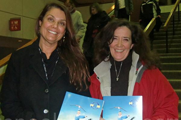地产投资者科仁‧科德维尔(右)与会计斯洛瑟娜‧马兹拉赞赏神韵晚会的精彩,带给人们精神启迪。(摄影:邱晨/大纪元)