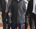 日民主党党首小泽资金丑闻遭搜查。图为2010年1月13日在东京,小泽一郎步出国会。(AFP)