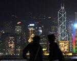 過去一年中香港豪宅的買家有三分之一是大陸客。這些資金是如何突破大陸嚴格外匯管制進入香港的呢?美國之音報導稱,主要是通過地下洗錢渠道。圖為香港夜景。(MIKE CLARKE/AFP/Getty Images)