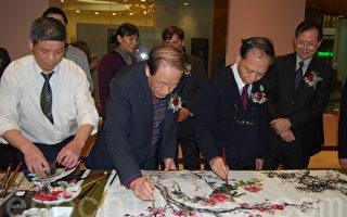 张俊杰(左二)和章金生(左三)现场正在挥毫作画。(摄影:陈雨/大纪元)