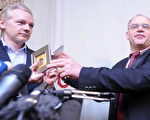 1月17日将2片机密光碟交给维基解密创办人亚桑杰(左)的艾莫(右)。(AFP)