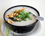 皮蛋咸肉骨头粥(摄影: 安吉 / 大纪元)