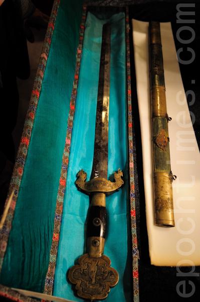今(24)日下午,史博馆举行文物开箱仪式,包含许多首次来台的珍品,以及清太祖(努尔哈赤)的宝剑。(摄影:宋碧龙/ 大纪元)
