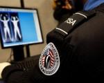加拿大第一个全身扫描仪在多伦多皮尔森国际机场安装完毕,并开始投入使用。(Getty Images)