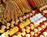 """美国联邦消费者产品安全委员会(CPSC)宣布,下令召回两款中国制含有毒金属镉的""""公主与青蛙""""两种儿童项链坠饰。图为中国珠宝店展示的首饰。(Getty Images)"""