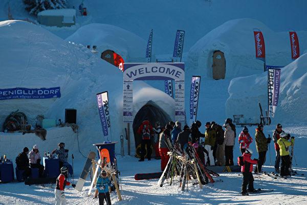 2011年1月23日,奥地利布利克森塔勒的冰屋渡假村有许多游客到访。(Johannes Simon/Getty Images)
