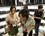 歐盟委員會週四(4日)稱對中國進口皮鞋徵收懲罰性關稅,並不是貿易保護主義行為。圖為大陸一大城市的鞋店。 圖片來源:Getty images