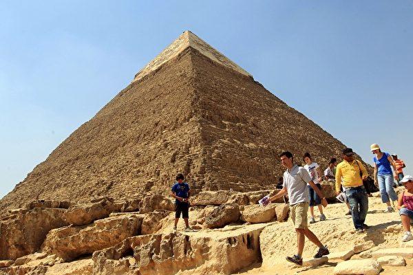 """埃及吉萨大金字塔可能有两座之前不为人知的""""密室""""。(AFP PHOTO/KHALED DESOUKI)"""