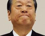 """因""""陆山会""""收支报告书不实事件,日本执政党民主党前党魁小泽一郎将在下周初遭到""""强制起诉""""。图为2010年12月28日,小泽一郎在东京的新闻发布会。(图片来源:JIJI PRESS/AFP)"""