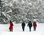 2010年2月26日,新疆民政廳獲悉,近5天的暴雪已經造成新疆5個地州17個縣的12萬多人受災,其中有7人因雪崩死亡,造成直接經濟損失1.5億元人民幣。圖為1月17日在新疆阿勒泰地區,行人在大雪地里行走。(AFP)