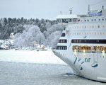 波罗的海海域,1艘大型客轮欲破冰前行(法新社)