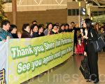 上百名韓國觀眾歡送神韻,期待明年再見,圖為神韻國際藝術團團長李維娜向觀眾說再見。(攝影: 金國煥 / 大紀元)