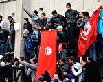 突尼斯群众示威推翻了在位23年的独裁者本•阿里,看守政府随后成立,并将在不久举行大选。(AFP)
