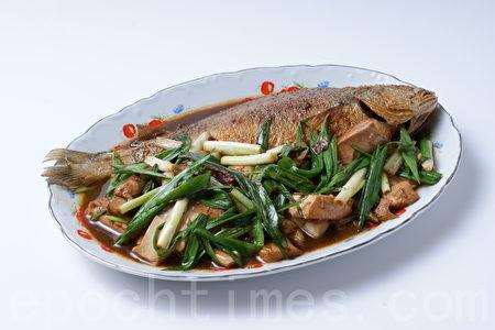 蒜瓣豆腐燒黃魚(江柏逸/大紀元)