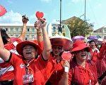 3月12日至14日泰国反独裁民主联盟(红衫军)举行大规模反政府集会,要求总理阿披实下台,重新大选。图为在国防部前抗议的支持前总理他信的红衫军示威者。(Getty/Images)