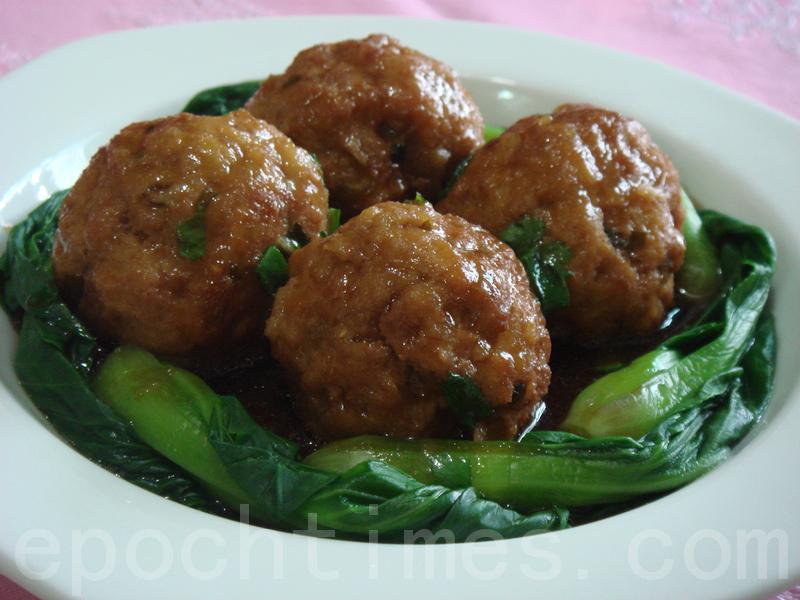 鲜嫩滑口的四喜丸子是年节喜庆的佳肴 (摄影: 彩霞 / 大纪元)