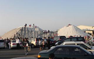 阳光普照的年假,布袋盐山出现大批的人潮与车潮。(摄影:蔡上海/大纪元)