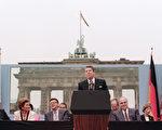 """图为 1987年6月12日,美国总统里根在西柏林勃兰登堡门前发表讲话,呼吁苏联领导人戈尔巴乔夫""""推倒柏林墙""""。(MIKE SARGENT/AFP/Getty Images)"""