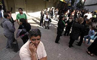 2011年2月11日20时,智利发生里氏6.8级地震,康塞普西翁市居民惊慌的离开建筑物聚集在街道上。(图片来源:GUILLERMO SALGADO/AFP)