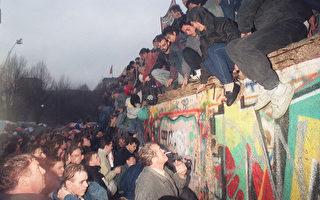 1989年12月22日,柏林牆開始被拆除,西德民眾迎接翻牆前來投奔自由世界的東德民眾。柏林牆的倒塌標誌著東西德統一,也是共產主義勢力在東歐分崩瓦解的里程碑事件。(PATRICK HERTZOG/AFP/Getty Images)