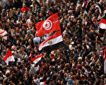 穆巴拉克拒絕下台引發更大規模抗議,2月11日,抗議的埃及民眾超過百萬人,示威者揮舞著突尼斯國旗表達他們對自由的渴求,穆巴拉克當日被迫下台。(PATRICK BAZ / 2011 AFP)