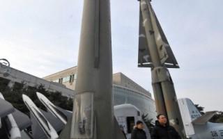 美韓兩國認為,從衛星圖像顯示中發現,北韓的第二個遠程導彈(洲際彈道導彈級)發射基地已基本完工。圖為,2011年2月17日,遊客在首爾戰爭紀念館,參觀朝鮮飛毛腿- B型導彈(中)和韓國耐克導彈(右)。( JUNG YEON-JE/AFP/Getty Images)