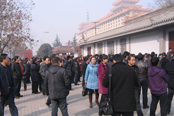 2月17日元宵节上午十点左右,陕西数百位退伍军人到省政府门前集体请愿。(知情者提供)