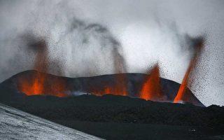 冰島南部艾雅法拉(Eyjafjallajokull)火山,2010年3月21日繼續向外噴湧岩漿和火山灰。(fiór Kjartansson/AFP/Getty Images)