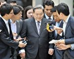 2010年3月24日,韩国三星集团高层官员介绍,前三星集团总裁李健熙于当日重返三星集团管理层,恢复三星电子总裁职务。图为2009年8月24日在汉城高等法院审判后,李健熙(中)离开时受到记者追问。(JUNG YEON-JE/AFP/Getty Images)