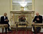 据报导,美国总统奥巴马在当地时间28日突然访问阿富汗。图为在喀布尔总统府,美国总统奥巴马(左)与阿富汗总统卡尔扎伊会谈。(JIM WATSON/AFP/Getty Images)