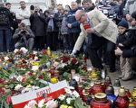 波兰总统卡钦斯基与政府要员,10日在前往卡廷途中不幸坠机罹难。事件传回波兰后,民众自发的聚集在总统府前,献上鲜花蜡烛悼念罹难者。( JANEK SKARZYNSKI/AFP/Getty Images)