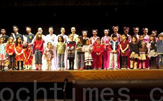 三文治镇儿童(前排)和中华民俗艺术工作坊演员(后排)一起欢庆兔年(摄影:徐明 / 大纪元)