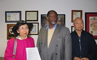 图:3月3日,视觉艺术家协会洛杉矶分会会长刘雅雅(左)、董事陈文立(右)和帕市社区领袖乔·布朗(Joe Brown)向国会议员谢安达(Adam Schiff)办公室递交了一份请愿书,呼吁恢复美国之音华语广播。(刘雅雅提供)