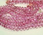 此为粉红色覆层处理的拓帕石,消费者以为买到粉红色刚玉。(摄影: 赖泰安 / 大纪元)