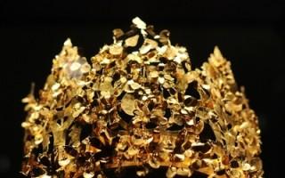 从北阿富汗地利亚.泰贝(Tillya Tepe)一个社会地位较高且富有的游牧民族坟墓里所发现、纯黄金打造的王冠是展品中最吸睛的璀璨珍宝。(AFP PHOTO/ BEN STANSALL)