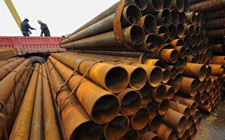 中共承諾「到2020年碳排放強度比2005年降低40%-45%」,而鋼鐵業是眾多高耗能產業中的首當其衝的節能減排對象。圖為,3月5日,合肥一工廠工人在裝載鋼管。(STR/AFP/Getty Images)