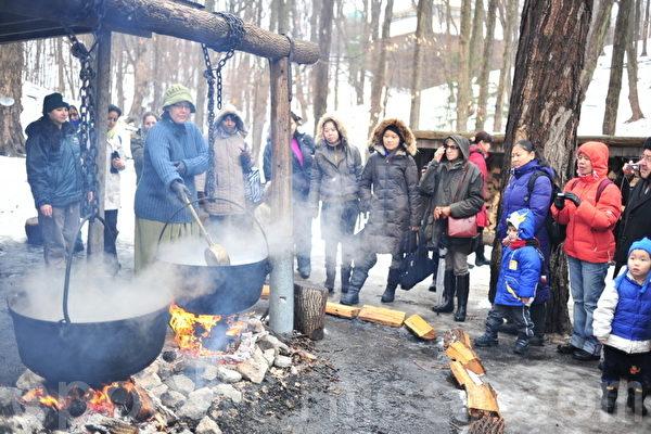 圖:3月10日,在Kortright Centre for Conservation,遊客在觀看傳統的提煉楓葉糖漿過程(攝影:余天祐/大紀元)