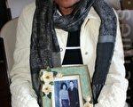 Kamhon Keo拿出了一张与先生的黑白照片﹐红色高棉以她丈夫1975年为前政府工作为名﹐被人带走后﹐1976年死于S-21监狱﹐(摄影:  吕海/ 大纪元)