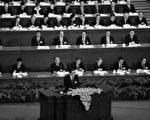 2011年3月10日,中共政治局常委、全国人大委员长吴邦国(中)在全国人大全会上讲话。(FREDERIC J. BROWN/AFP/Getty Images)