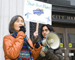 日裔作家風砂子(Fusako deAngelis)在集會上發言。右為組織今天活動的負責人密雪爾(Michelle Mascarenhas-Swan)。(攝影:馬有志/大紀元)