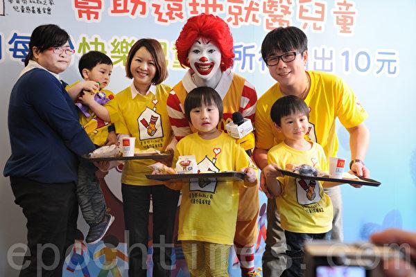 台小小彬任爱心大使 与病童提前过儿童节