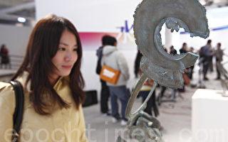 驳二艺术特区展出日本金属艺术家原武典77件立体作品,民众近距离观赏。(摄影:李曜宇/大纪元)