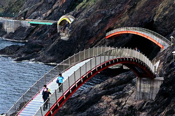 郁陵岛海岸散步路线发达,是穿梭于洞窟、峡谷、悬崖,与大海融为天然一体的变化无双的路线。(照片:郁陵郡厅提供)