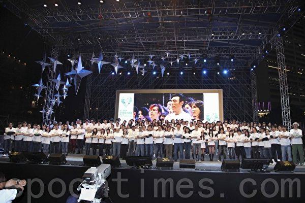 星期五晚上,在香港維多利亞公園一場由日本、南韓、台灣、印尼和香港演藝界共同參與的《愛心無國界 311燭光晚會》,在3小時的匯演中籌得超過2,500萬款項。鼓勵災民從苦難中重建家園。(攝影:潘在殊/大紀元)